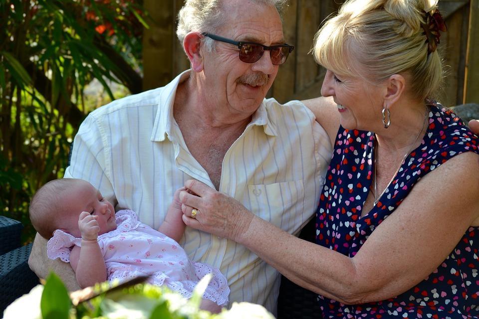 внучка на руках у деда