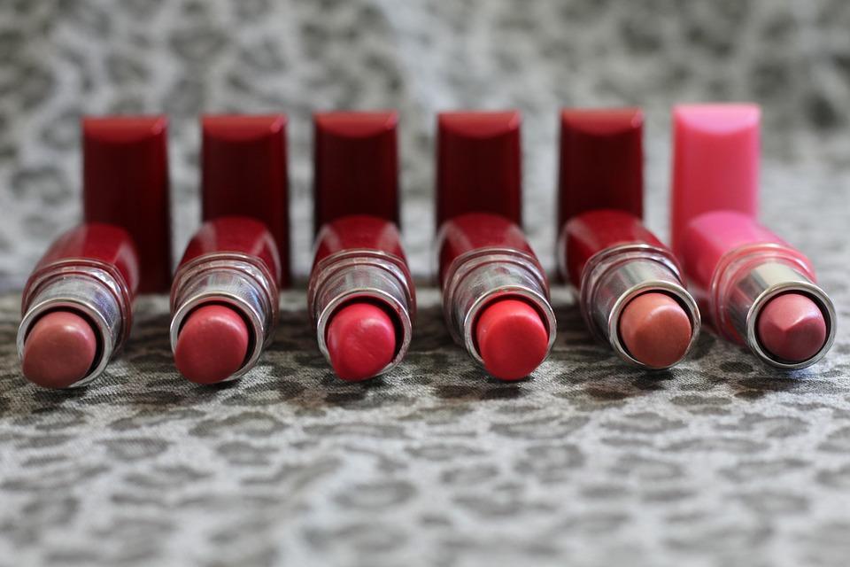 тюбики с губной помадой разных цветов