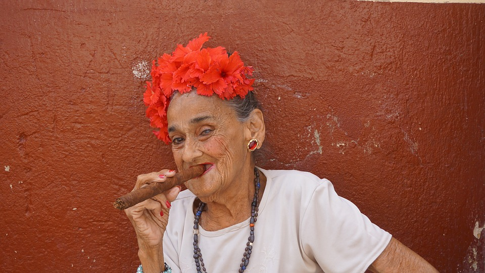 пожилая женщина с кубинской сигарой