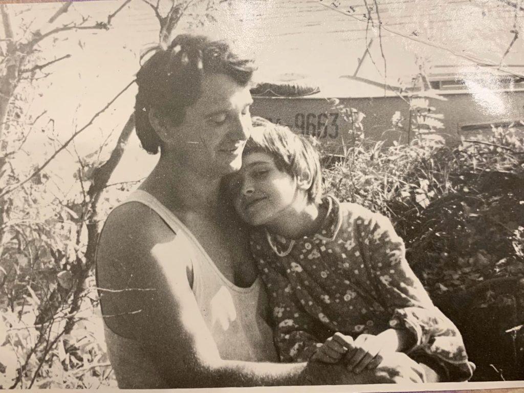 Маленькая Ольга Сумская с отцом на рыбалке