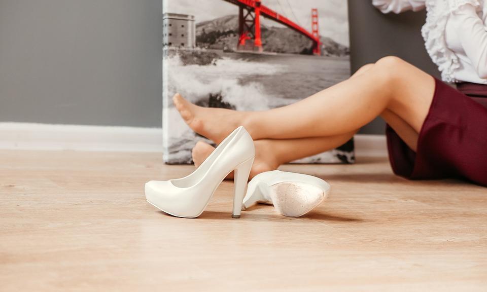 ноги  женские белые туфли
