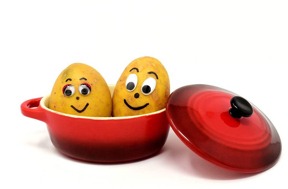 смешная картошка в кастрюле