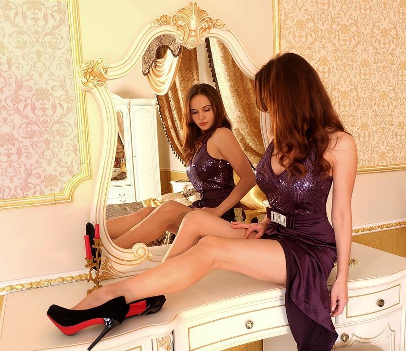 девушка перед зеркалом в красивых туфлях