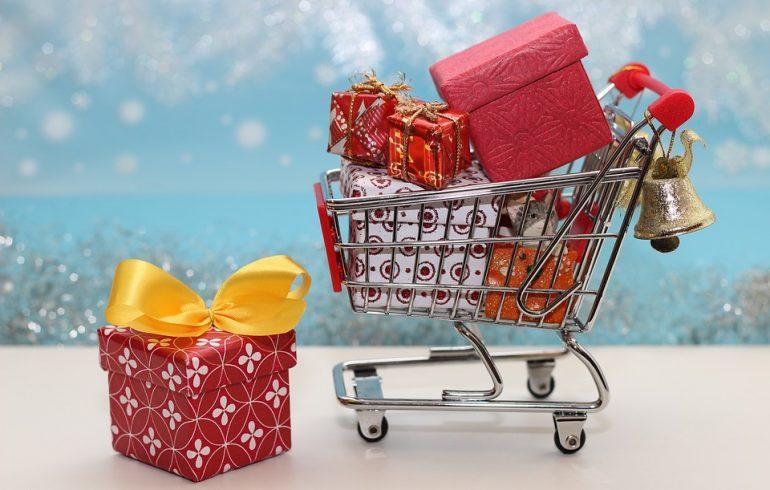 Покупать подарки на новый год и рождество