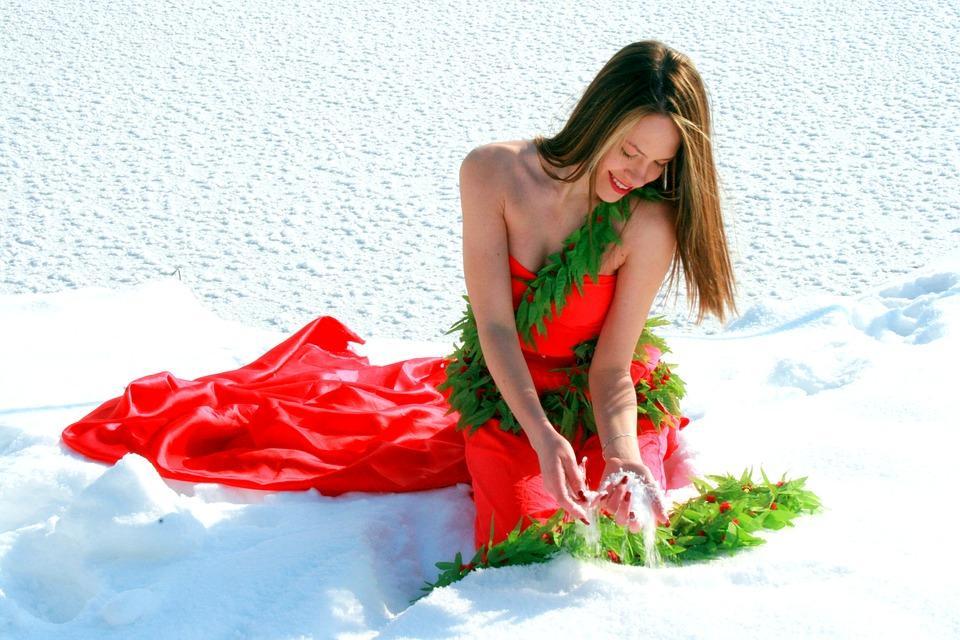девушка в красном платье зимой