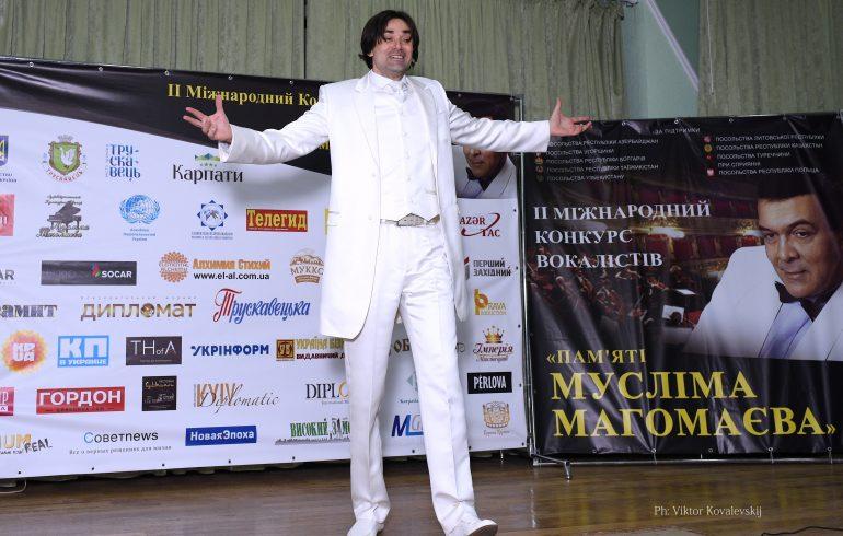 Максим Лозовой выступает на конкурсе вокалистов «Памяти Муслима Магомаева»