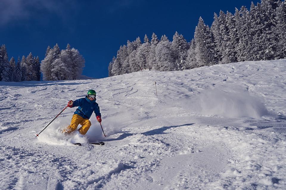 лыжник едет с горы