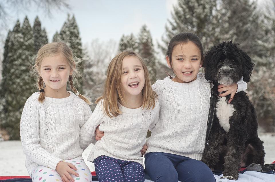 дети с собакой зимой