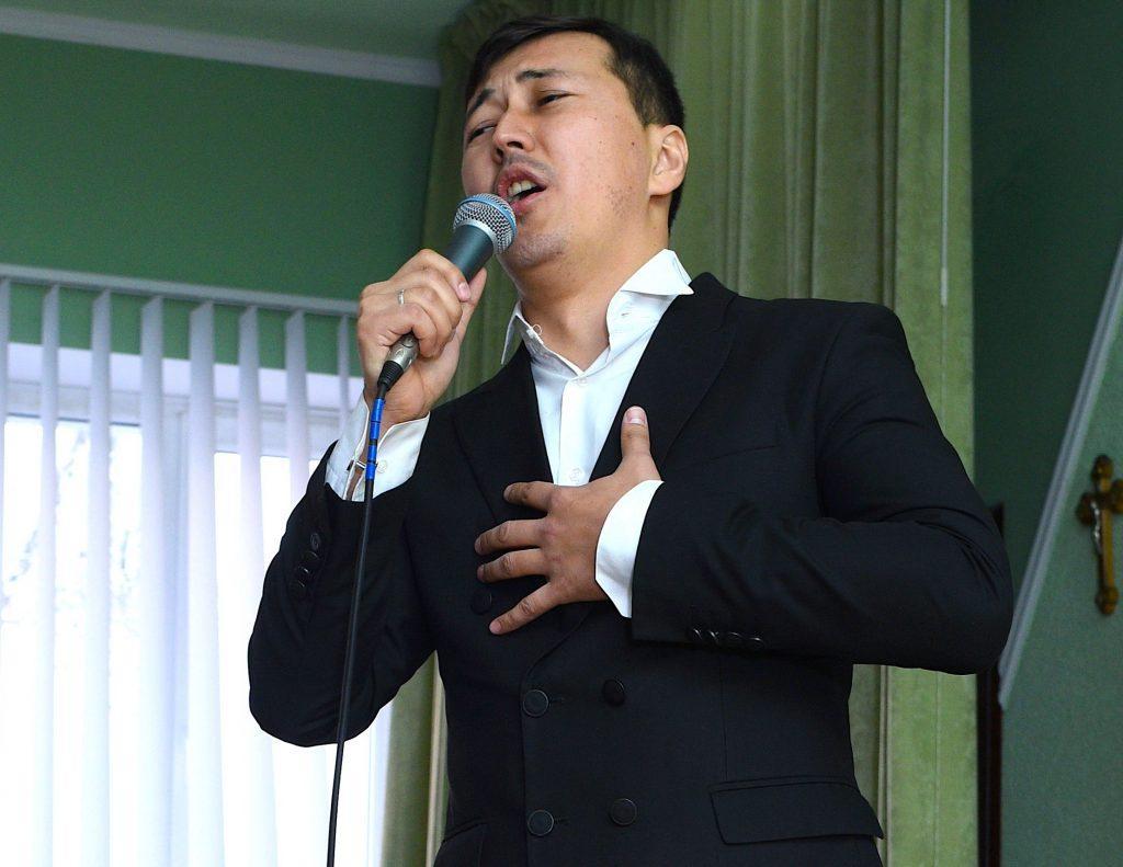 Айбар Хайранов исполняет песню на конкурсе памяти Магомаева