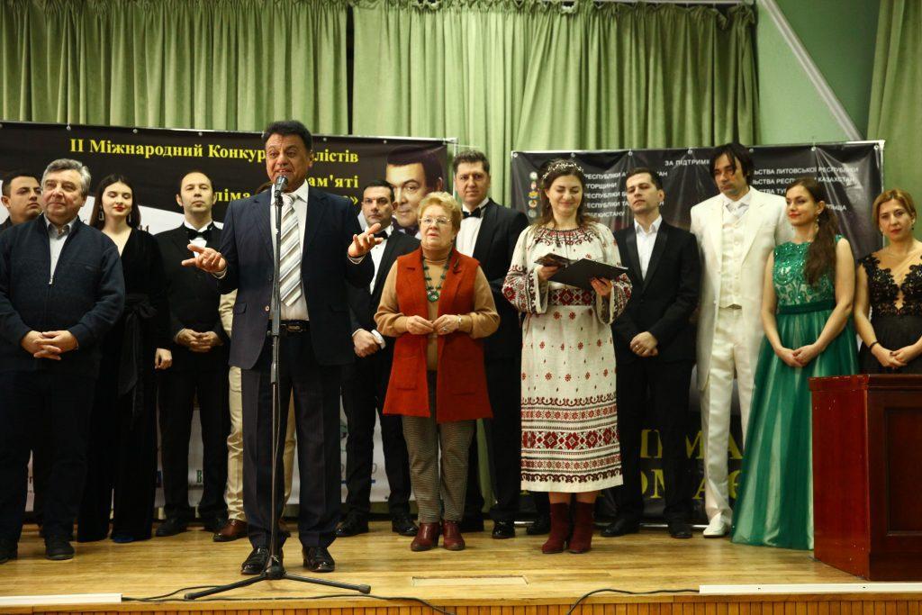 участники конкурса и жюри на сцене перед прослушиванием