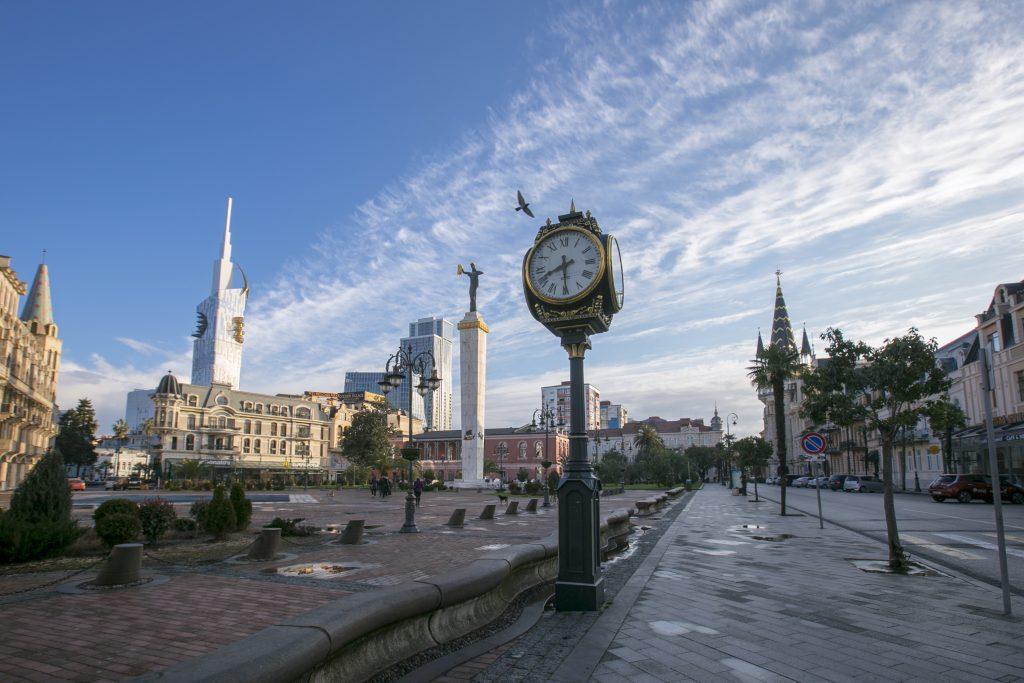часы на площади Европы в Батуми