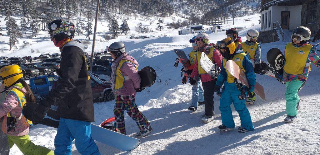 дети со сноубордами в Бакуриани