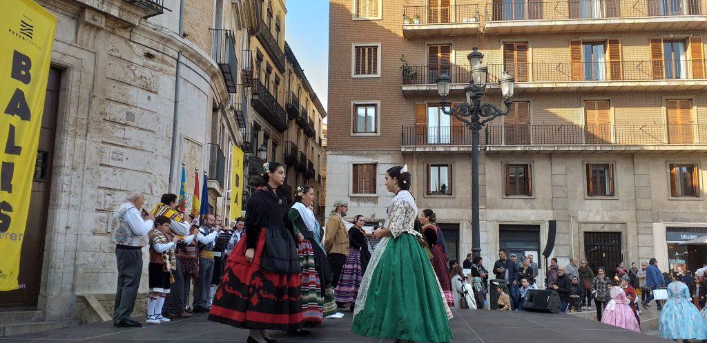 танец с кастаньетами на Plaza de la Reigna в Валенсииплощади