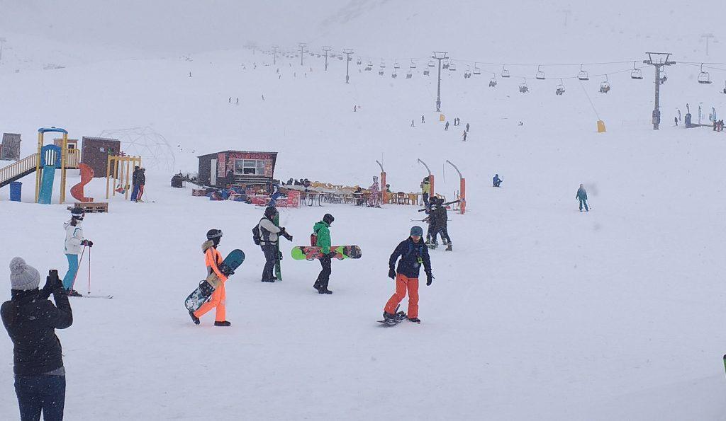 отдыхающие на горнолыжном курорте Гудаури