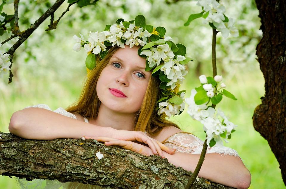 девушка в весеннем саду