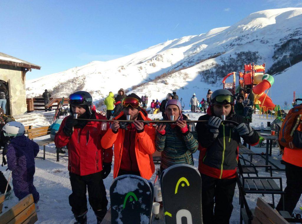 пить чачу с лыжи в Грузии