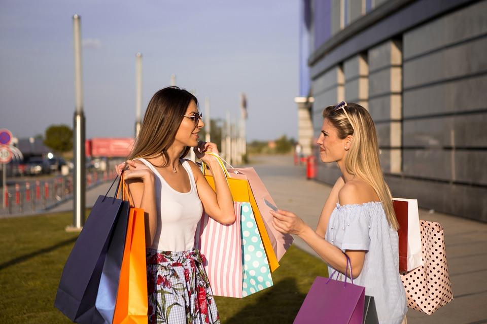 девушки после шоппинга с модными вещами