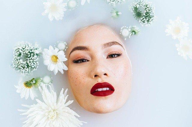 женское лицо в ванне из молока