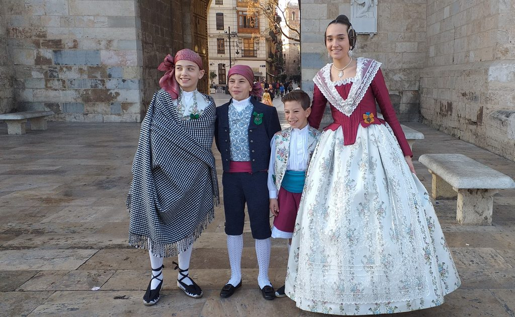 семья в национальных испанских костюмах в Валенсии