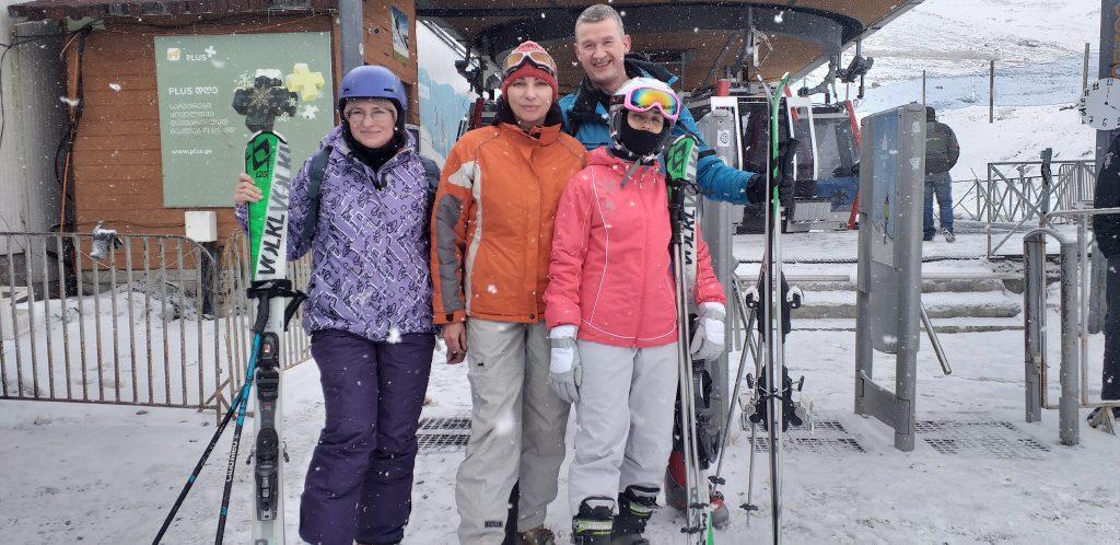 лыжники у подъемника в Гудаури