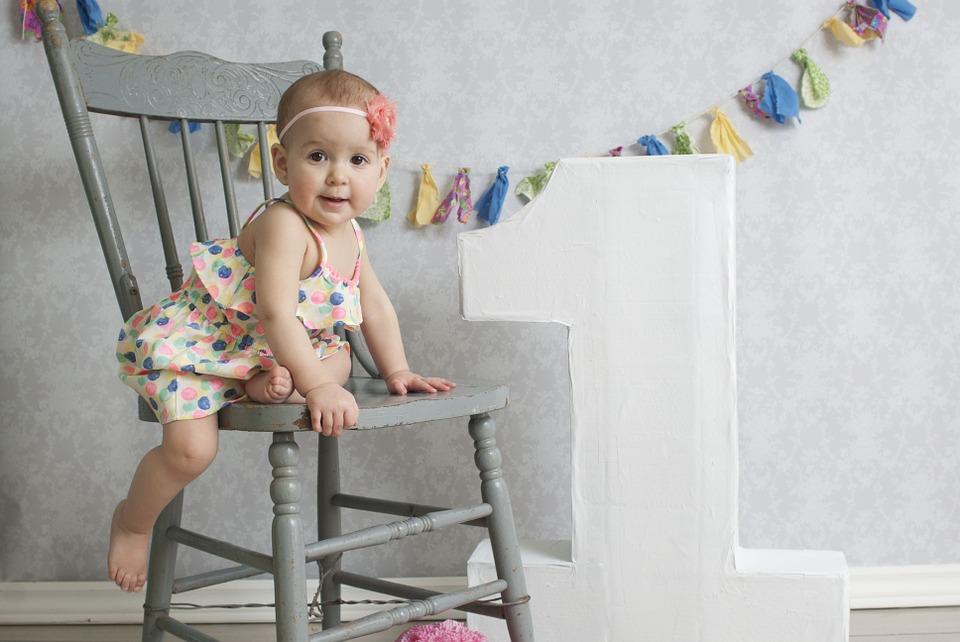 милая малышка на стуле