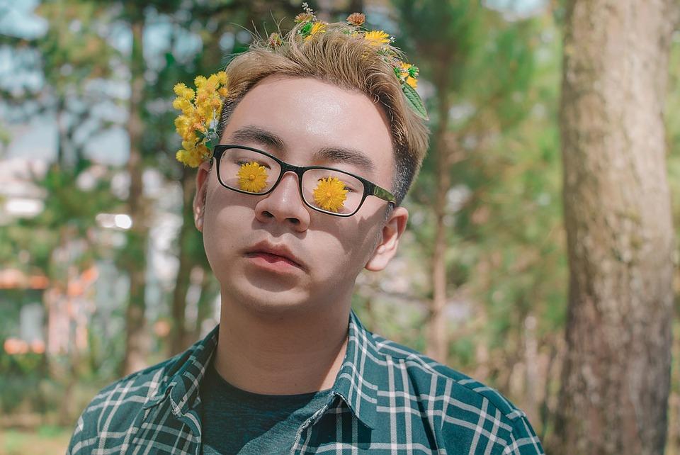 мальчик в очках с одуванчиками