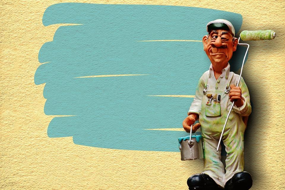 маляр собирается красить стены