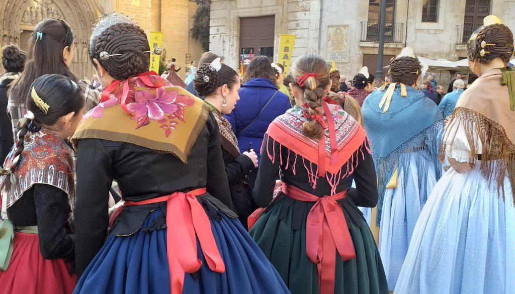 сеньоры Валенсии в национальной одежде