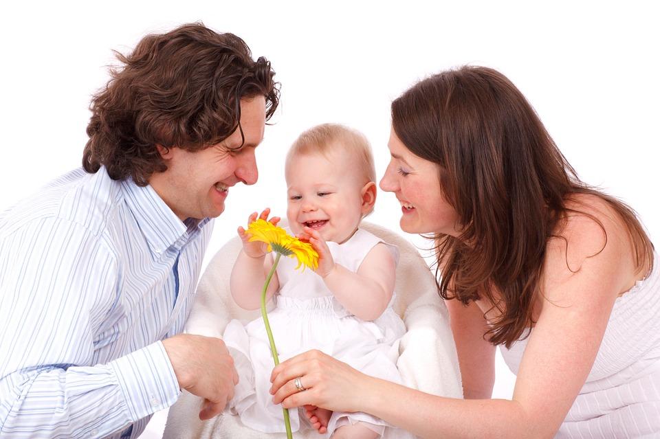 девочка с мамой и папой
