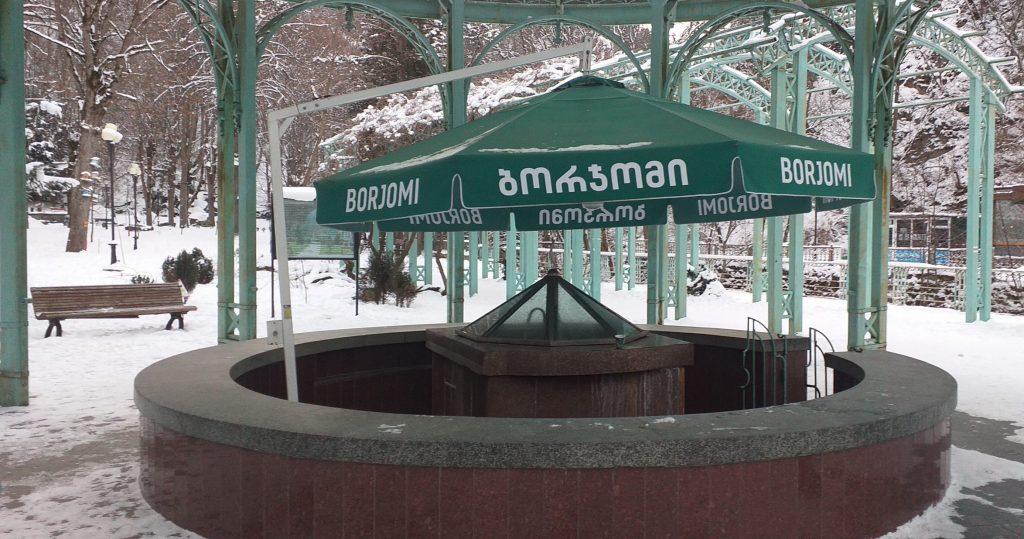 бювет с водой в парке Боржоми