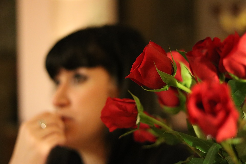 букет роз и девушка