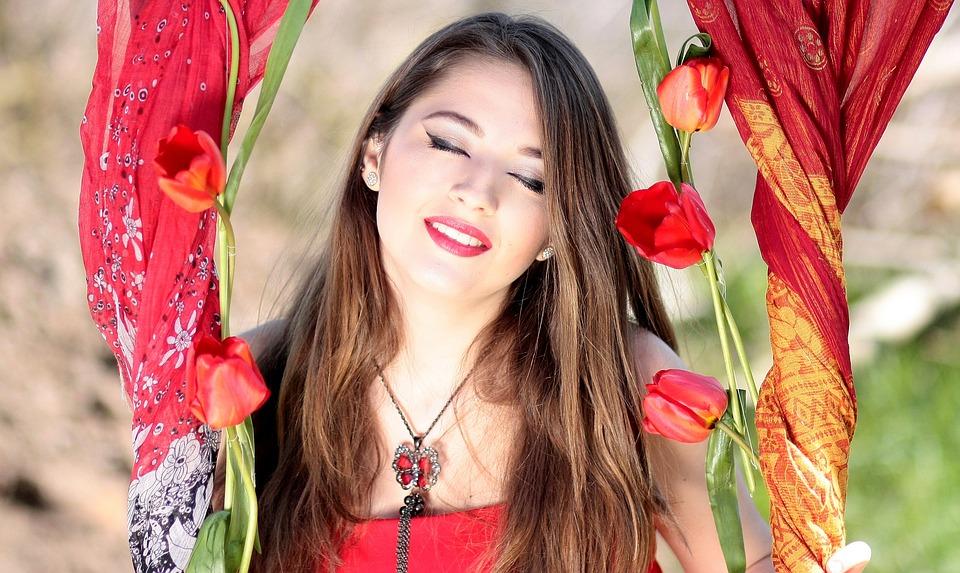 красивая девушка с цветами тюльпанами