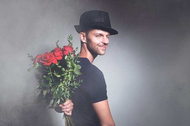 подарить любимым цветы в женский день