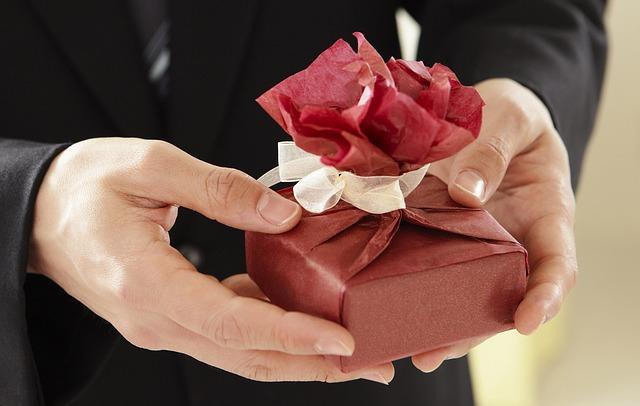 подарок в мужских руках
