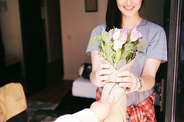 в подарок женщине цветы