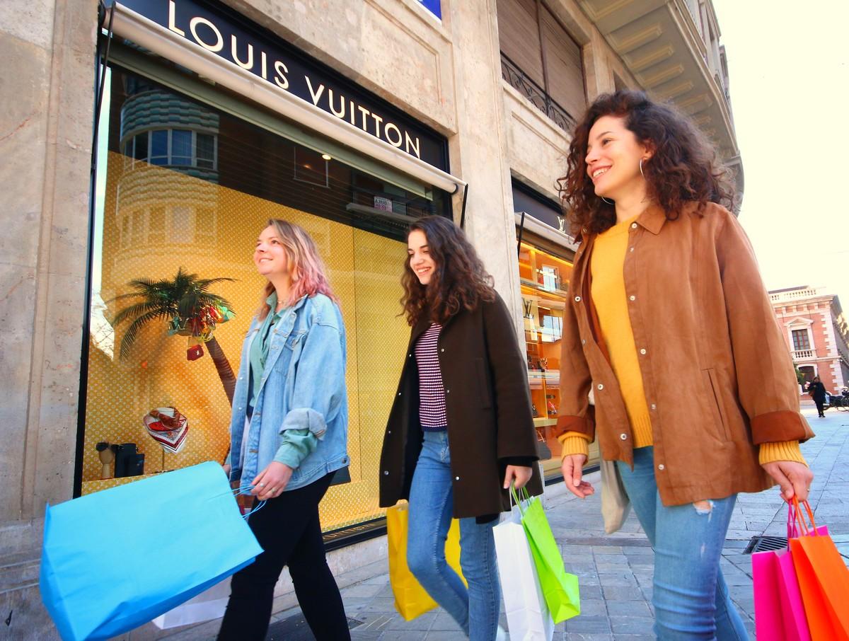 девушки идут на шопинг в Валенсии