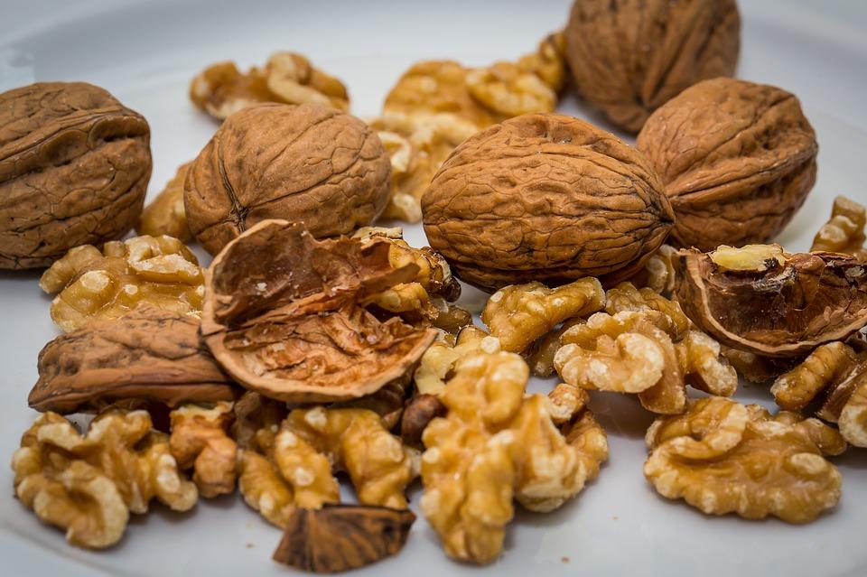 грецкие орехи и скорлупа