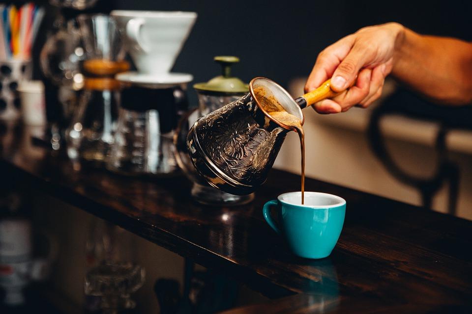 бариста выливает кофе из турки