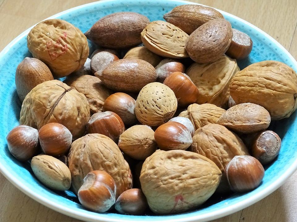 разные орехи в тарелке