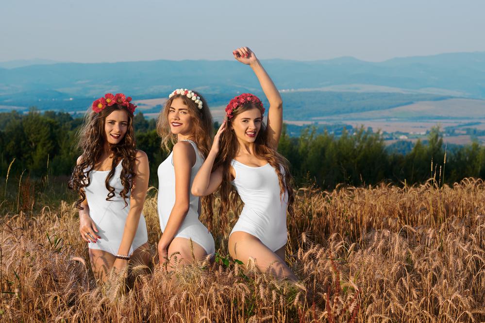 три девушки в венках в поле