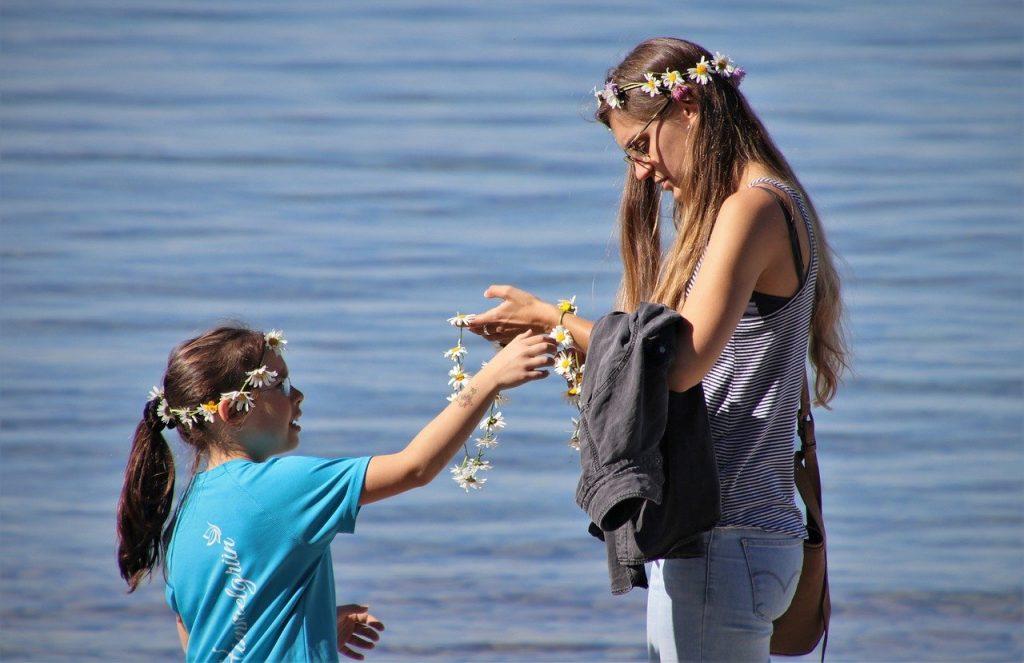 дочка дарит цветы маме