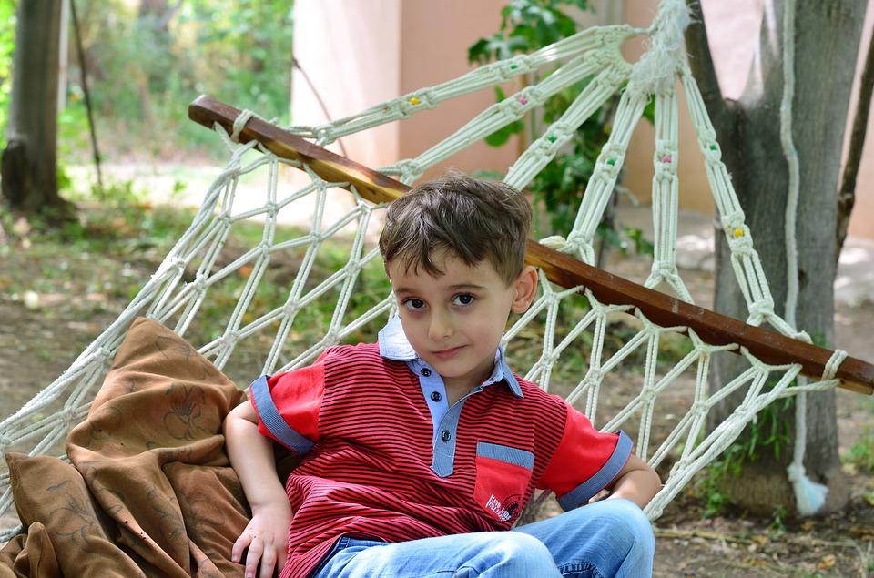 мальчик в гамаке на даче