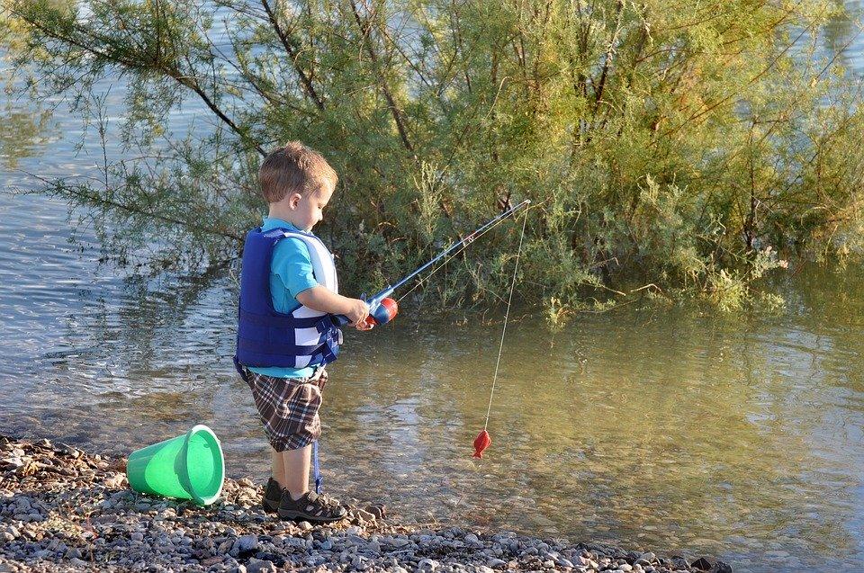 мальчик ловит рыбу