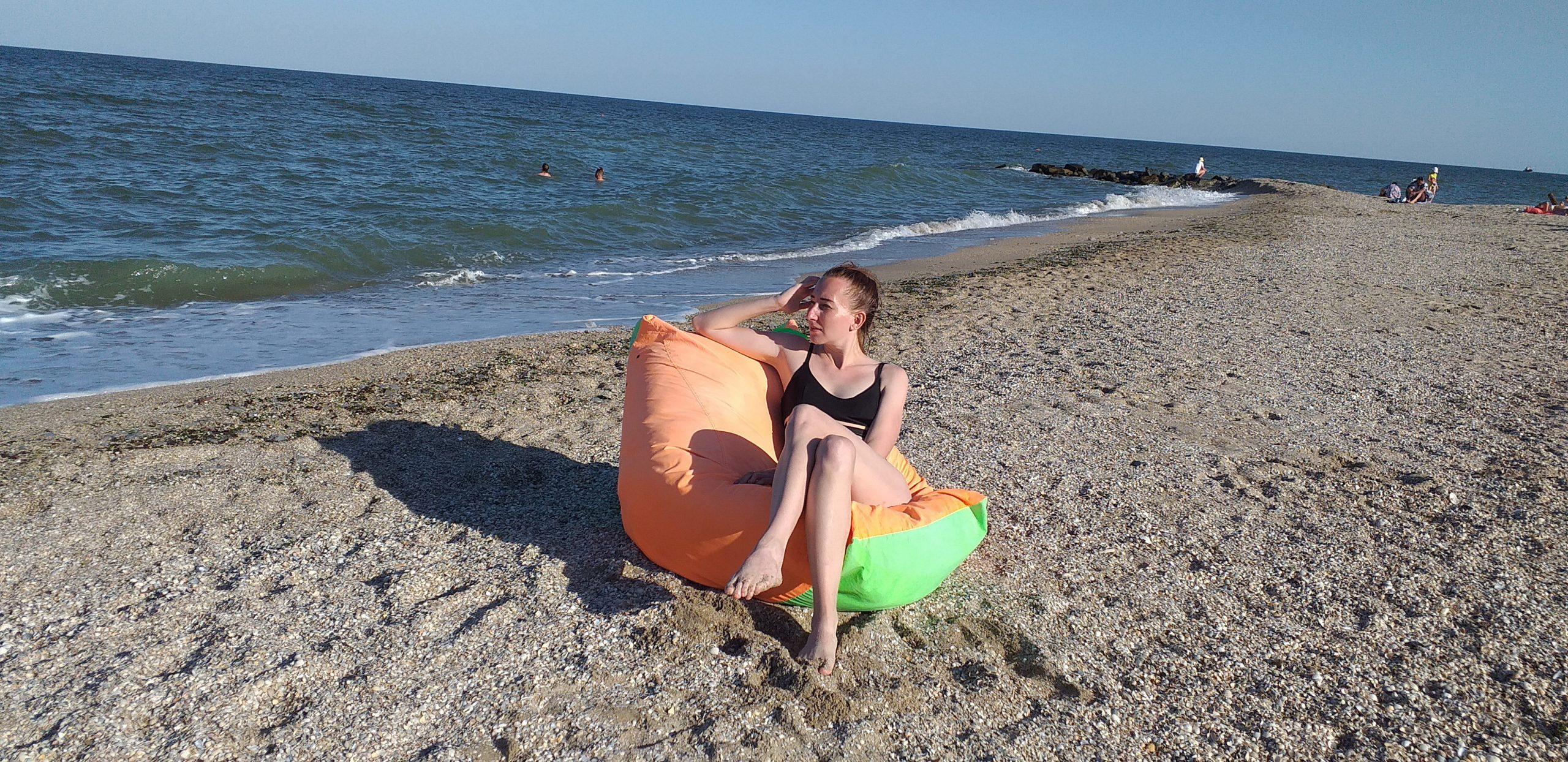 девушка в кресле на пляже Азовского моря