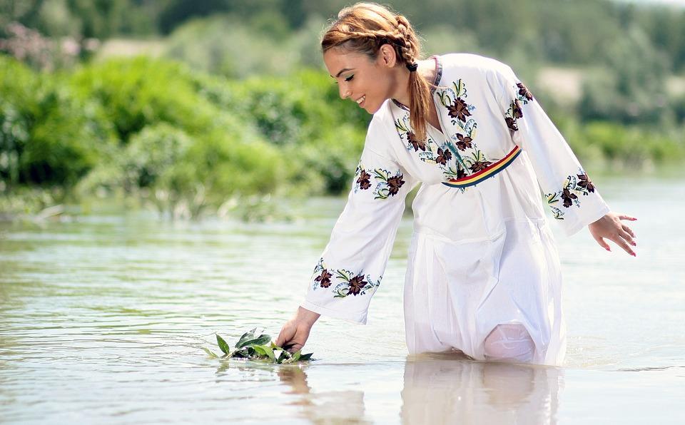 девушка в воде на праздник Ивана Купала