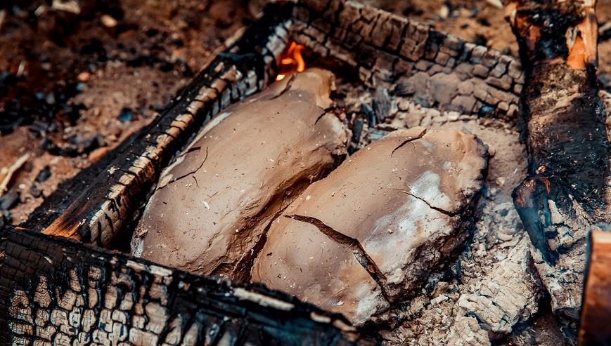 рыба в глине на углях