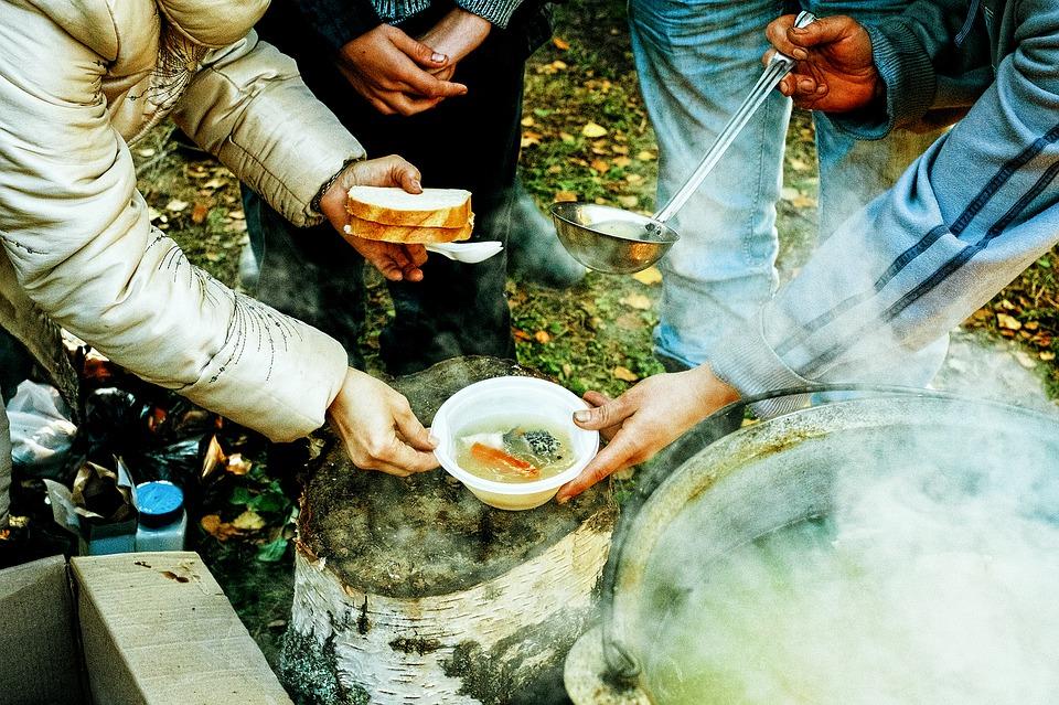 обед рыбаков с ухой из котелка