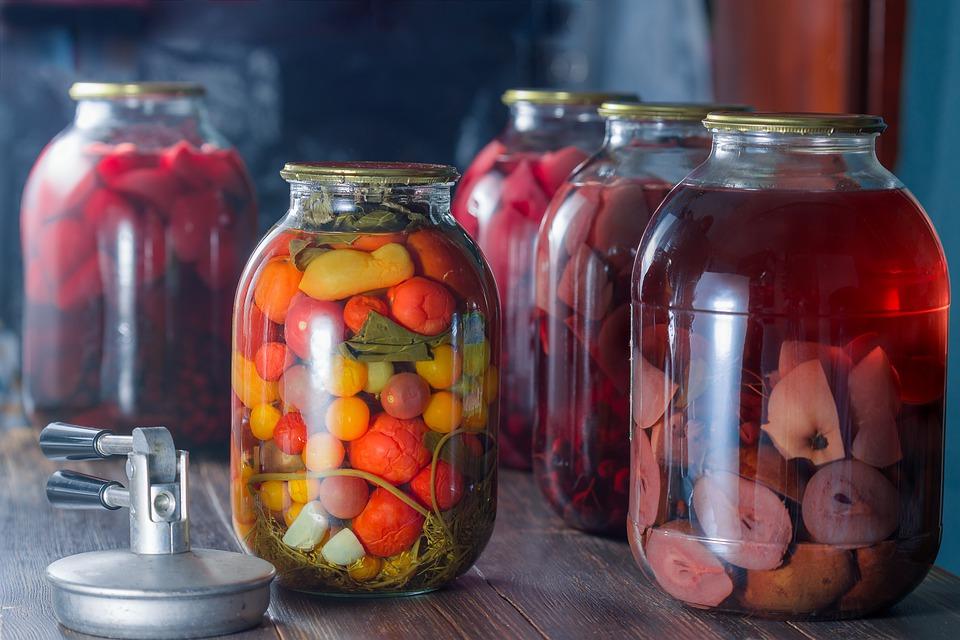 саринованные плоды в стеклянных банках