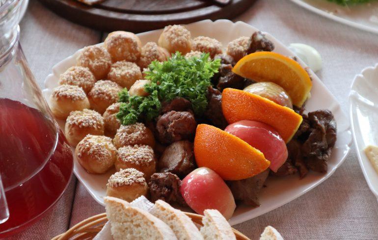 мясо с фруктами и картофельными пирожками
