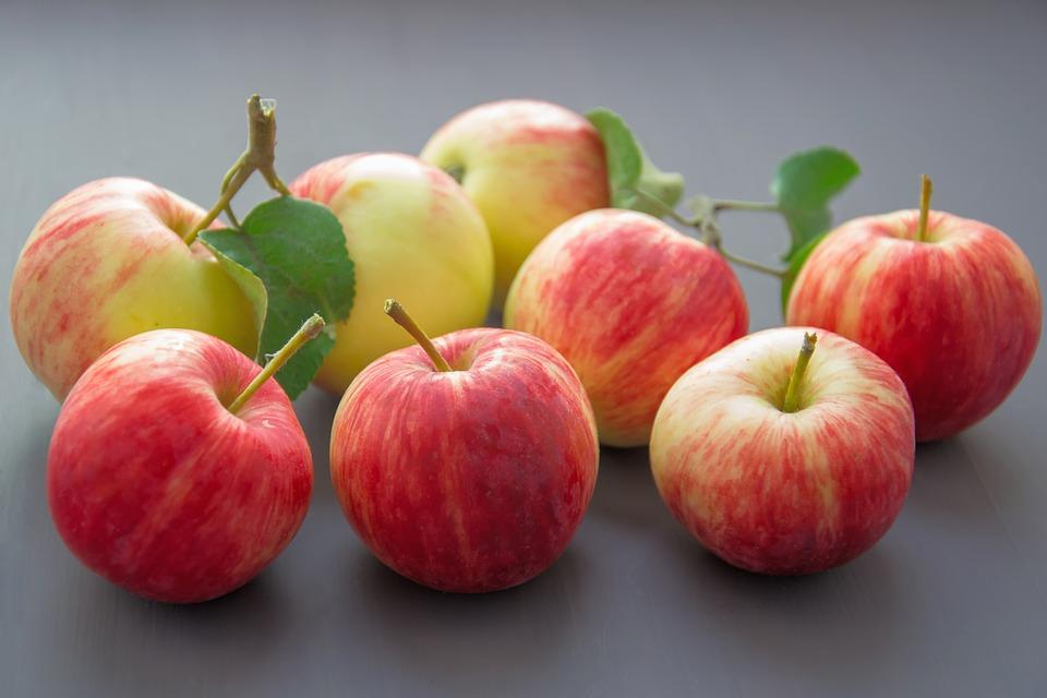 свежие яблоки на столе